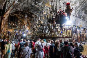 Menschen im Grab von Maria, eine der Jerusalem Sehenswürdigkeiten