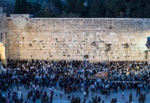 Viele Menschen an der Klagemauer Jerusalem bei Nacht