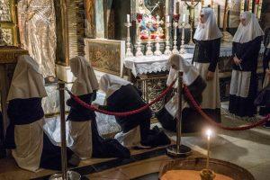 Nonnen knien vor Altar in Grabeskirche