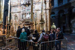 Menschen in Kirche vor dem Jesus grab