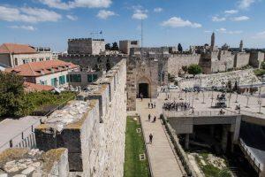 Rampant Walk mit Stadtmauer
