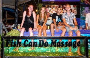 Kambodscha Reisetipps: Vier Personen bei der Fischmassage
