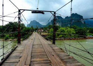 Laos Reiseziele: Brücke in Vang Vieng
