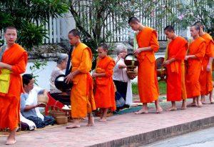 Mönche sammeln Almosen