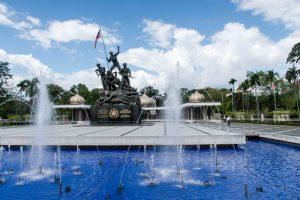 Brunnen und Statue als National Monument in Kuala Lumpur