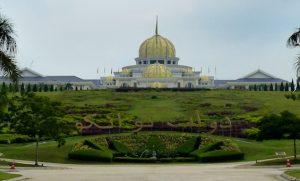 Blick auf Präsidentenpalast und Park in Kuala Lumpur