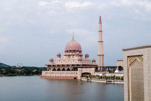 Blick auf pinke Putra Moschee in Putrajaya