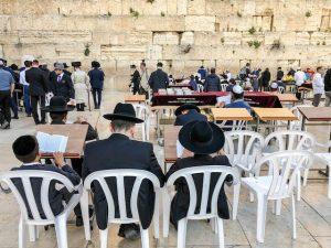 Menschen beten an Klagemauer