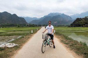 Auf dem Fahrrad in den Reisfeldern in Vietnam