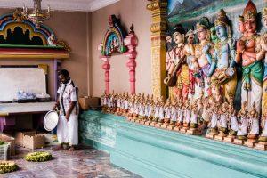 Menschen und Statuen im Sri Maha Mariamman Tempel