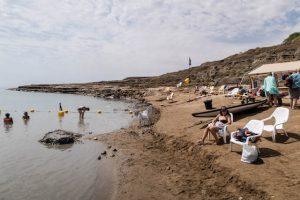 Strand mit Menschen vom Toten Meer