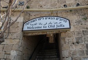 Enge Straßen mit Schild in Jaffa