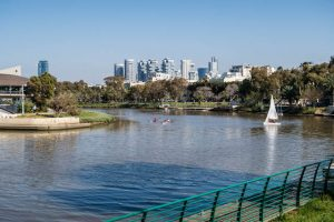 Park mit Fluss und Hochhäusern