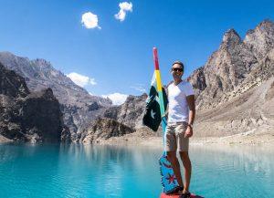 Auf Boot in blauem See zum Thema Urlaubssprüche