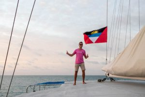 Ich mit Flagge auf einem Boot in Antigua