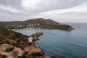 Hiking am English Harbor mit Aussicht auf die Bucht