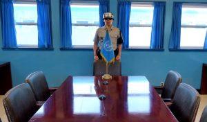 Blaues Haus mit Tisch und Soldat