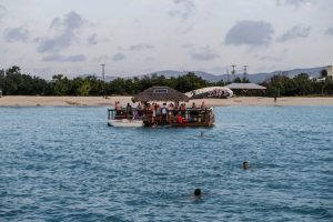 Küste mit schwimmender Bar