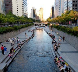 Künstlicher Cheonggyecheon Fluss ist ein Highlight Seouls