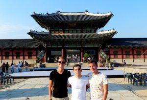 Ich mit Freunden vor dem berühmten Gyeongbokgung Palast