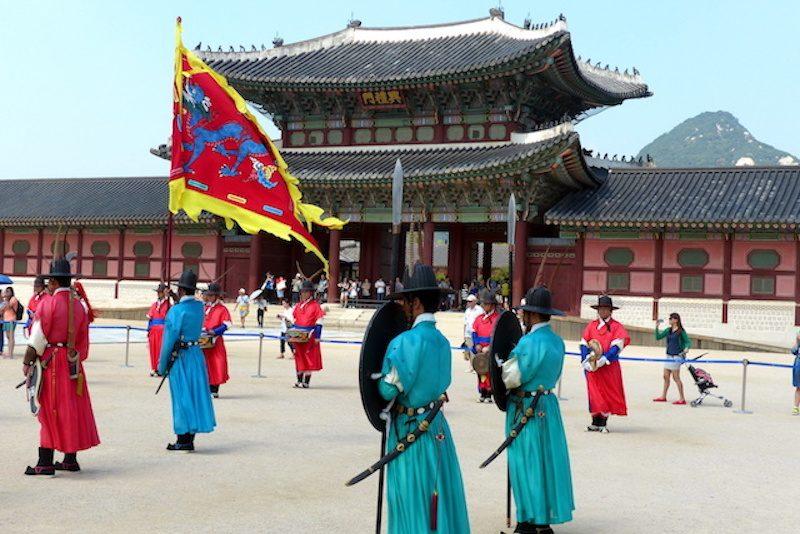 Palast als Seoul Sehenswürdigkeit mit Zeremonie