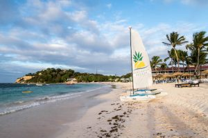 Strand am Pineapple Resort mit Segelboot