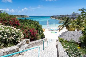 Weg zum Strand am Resort in Antigua
