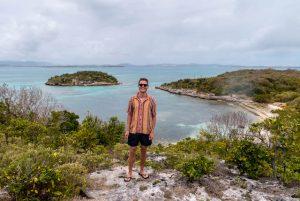 Blick von der Insel auf die Küste und den Strand