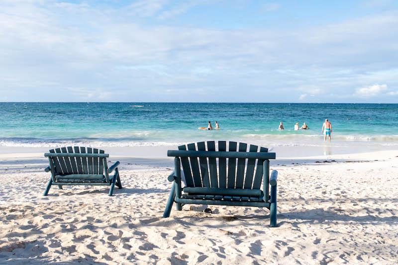 strandstühle am Sandstrand