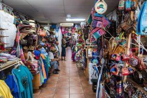 Im Souvenirmarkt von der Hauptstadt Antigua