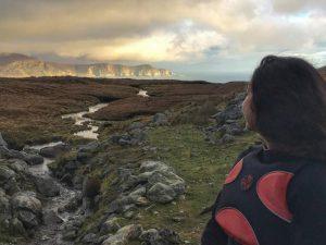 Person mit Blick auf die Landschaft von Achill