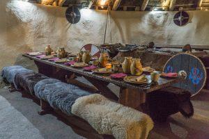 Museum in Waterford mit Fellen und Tisch