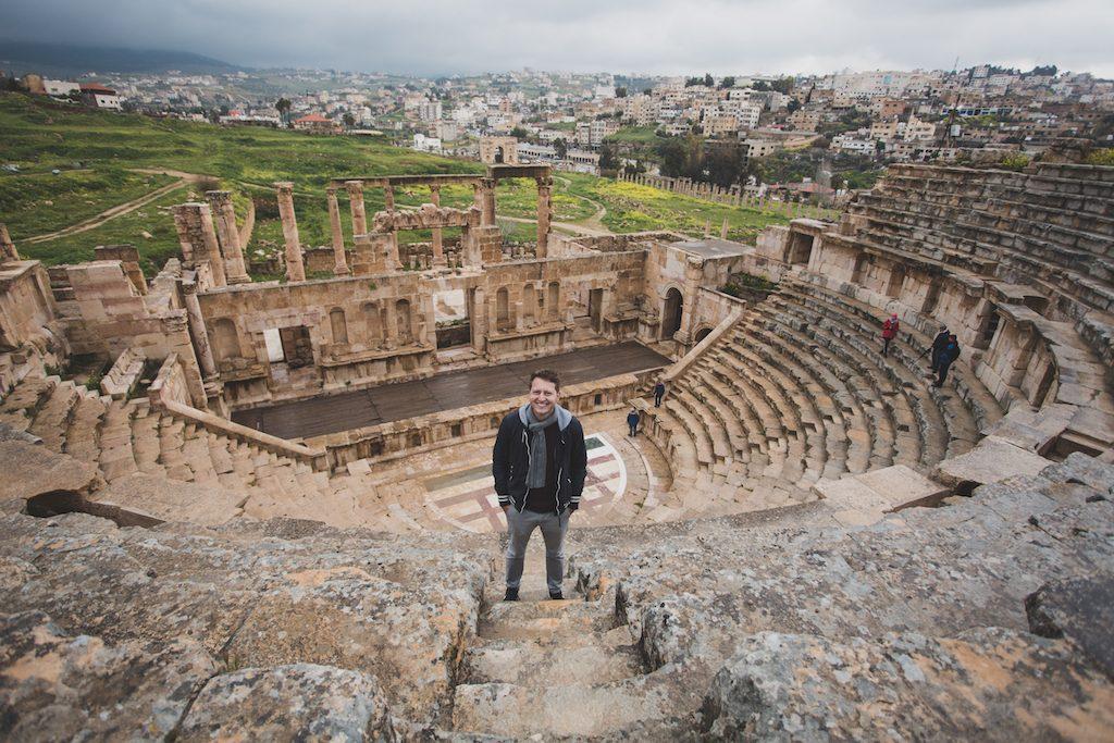 Jordanien Sehenswürdigkeiten: Person vor den Ruinen bei Jerash
