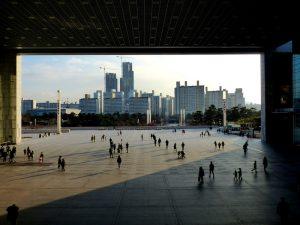 Blick auf Skyline durch Gebäude