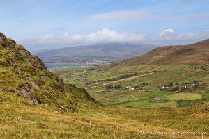 Irlands Reiseziel Ring of Kery, Blick auf Landschaft und blauer Himmel