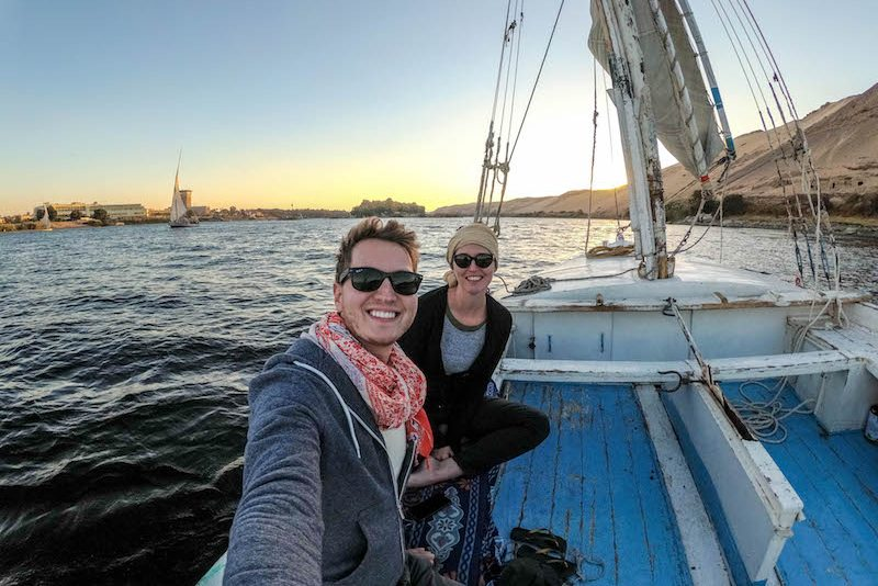 Warme Kleidung beim Sonnenuntergang auf dem Nil sollte auf deine Ägypten Packliste