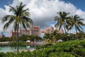 Eingang des Atlantis Hotels mit Pool in Nassau