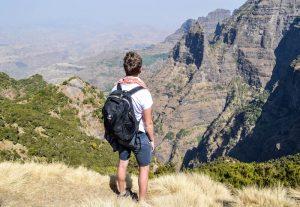 Mit meinem Rucksack, Teil der Backpacking Packliste, im Gebirge