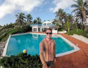 Selfie vor Villa auf den Bahamas