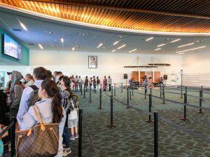 Immigrationshalle am Bahamas Flughafen in Nassau bei der Einreise