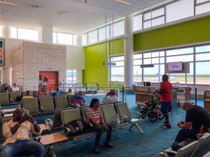 Menschen sitzen im Wartebereich im Flughafen in Nassau