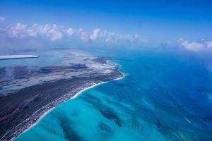 Blick von Flugzeug auf Insel