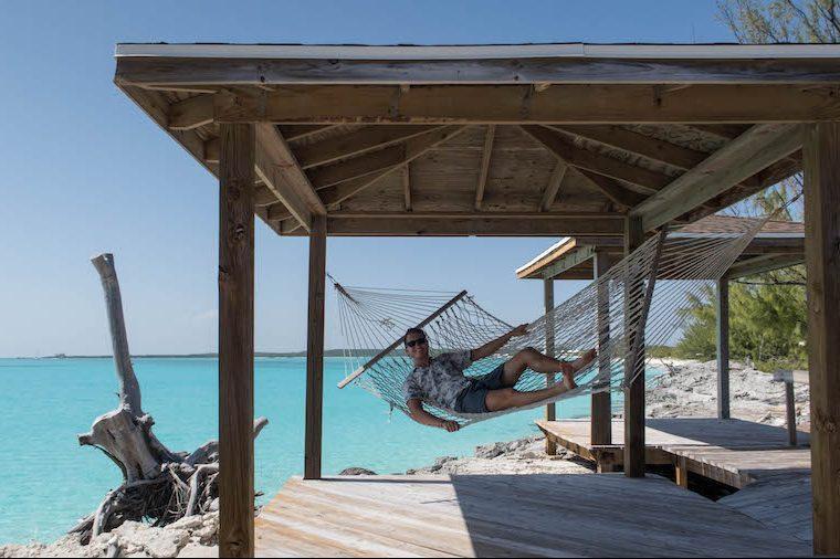 In Hängematte auf den Bahamas