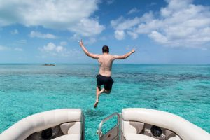 Sprung ins Wasser vom Boot