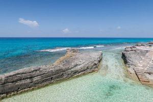 Der natürliche Pool mit Felsen