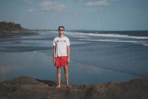 Ich am Strand beim Bali Backpacking