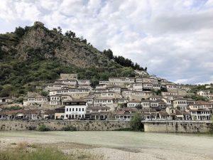 Blick auf Stadt Berat in Albanien beim Balkan Roadtrip