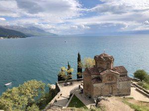 Gebäude vor dem großen Ohridsee