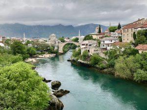 Blick auf Mostar mit Fluss und Brücke, Highlight beim Balkan Backpacking