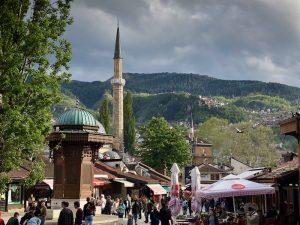 Straße und Moschee in Sarajevo im Balkan